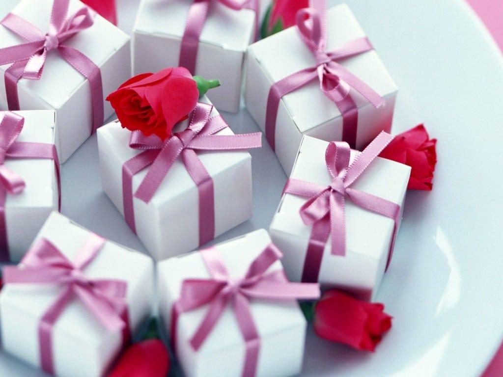 Поздравление с днем рождения маленькими подарками