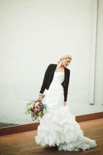 невеста осенью в куртке
