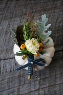 бутоньерка жениха осенью с тыквой