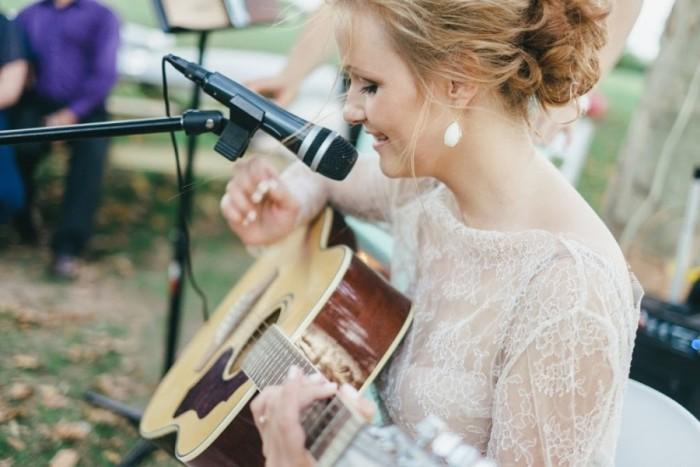 невеста поет под гитару